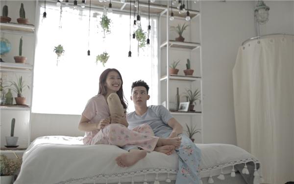 Xoay quanh câu chuyện của một cặp đôi yêu xa, MV là lời tự sự của một chàng trai ngày đêm trông ngóng người yêu. - Tin sao Viet - Tin tuc sao Viet - Scandal sao Viet - Tin tuc cua Sao - Tin cua Sao
