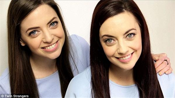 """Niamh Geaney (trái) và Karen Branigan (phải) giống nhau như haigiọt nước. Đây cũng chính là bức hình đã được lan truyền trên mạng và giúp Niamh Geaney tìm thấy thêm 2 cô nàng khác cũng """"y xì đúc"""" mình.(Ảnh: Internet)"""