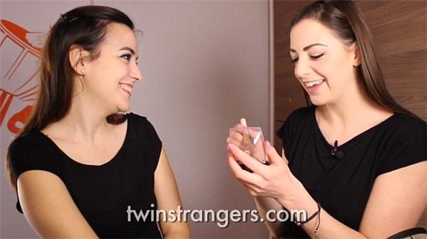 Niamh trang điểm giúp Luisa trước khi họ chụp ảnh chung với nhau.(Ảnh: Internet)