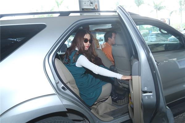 """Cô nàng phải vội vàng lên xe để di chuyển đến địa điểm tiếp theo và tiếp tục """"xử lí"""" mớ việc của những ngày cuối năm. - Tin sao Viet - Tin tuc sao Viet - Scandal sao Viet - Tin tuc cua Sao - Tin cua Sao"""