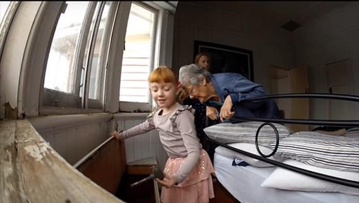 Mọi việc bắt đầu khi cô bé được bố mẹ nhờ dọn dẹp một chiếc rương cũ. (Ảnh: Internet)