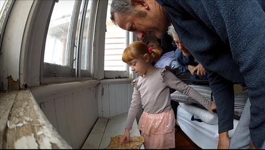 Cùng bố đọc bản đồ và phát hiện nó vẽ... nội thất căn nhà mà cả gia đình đang sống. (Ảnh: Internet)