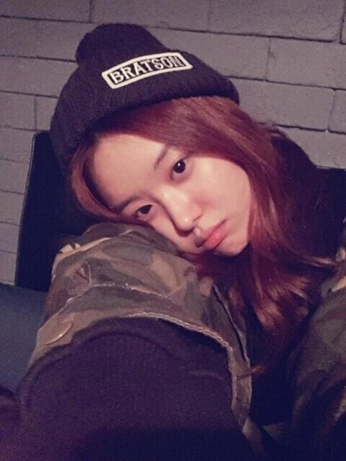 """Cùng với Hyosung, Ji Eun của Secret cũng """"ghi điểm"""" tuyệt đối với các fan nhờ gương mặt không son phấn. Đôi mắt sáng và gương mặt bầu bĩnh giúp nữ thần tượng trông như nữ sinh cấp ba mỗi khi cởi bỏ lớp trang điểm."""