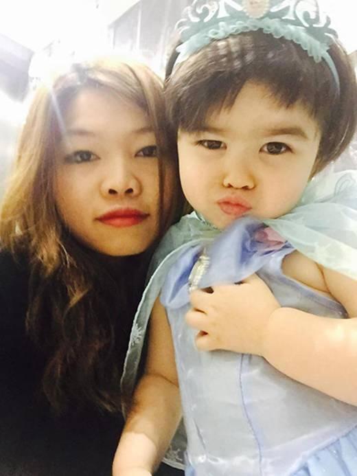 Cô gái đến từ Ninh Bình khiến nhiều chị em không khỏi ghen tị,ngưỡng mộ vì cuộc sống hạnh phúc, ấm áp bên người chồng tuyệt vời và cô con gái xinh xắn, đáng yêu – Nina. (Ảnh: Internet)