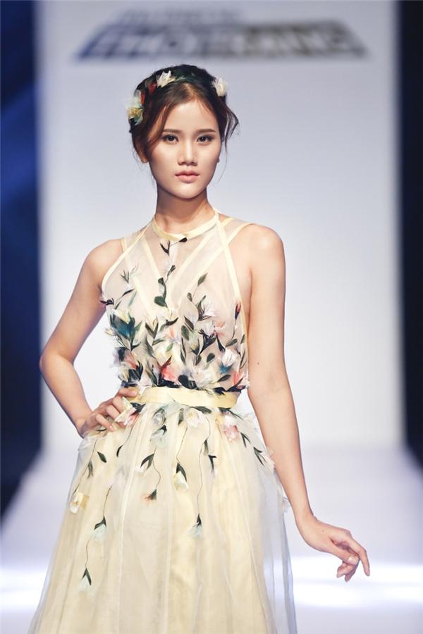 Trần Hùng là thí sinh chiến thắng với thiết kế có tông màu pastel nhẹ nhàng, ngọt ngào kết hợp những chi tiết hoa đính kết kì công tượng trưng cho mùa xuân. Các giám khảo đều đồng ý bộ trang phục gần như đạt đến độ hoàn hảo.