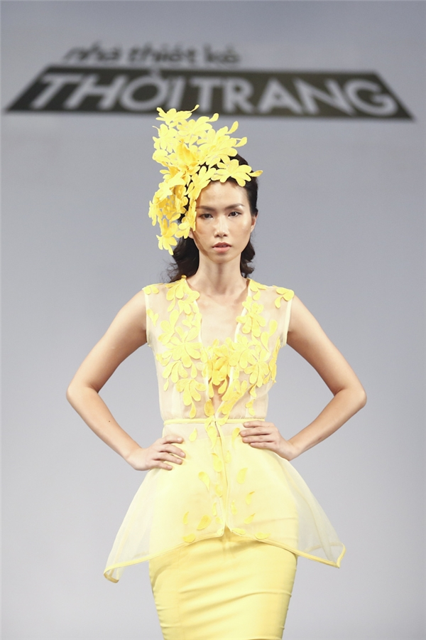 Mặc dù sử dụng tông vàng bắt mắt tái hiện hình ảnh hoa cúc vàng ngày xuân nhưng thiết kế của Anh Minh không được đánh giá cao bởi phần dựng phom không chắc cũng như cách sử dụng chất liệu. Tổng thể mẫu thiết kế khá nặng nề va kém sang.