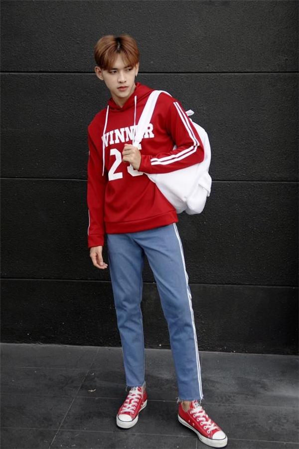 Trong khi đó, với khí hậu mát mẻ tại miền Nam, Dương Minh Tuấn lại ưa chuộng diện trang phục theo phong cách thể thao khỏe khoắn, năng động. Chiếc balo hay giày thể thao đi kèm sẽ giúp các chàng trai trông cá tính hơn hẳn.