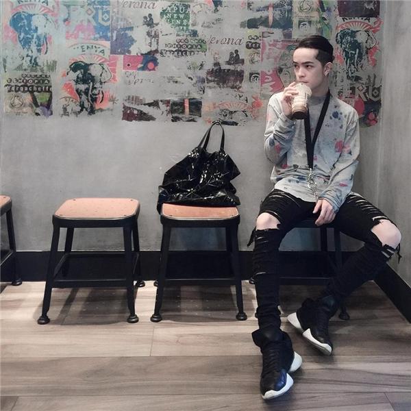 Kelbin Lei đơn giản nhưng vẫn hút mắt người đối diện với quần jeans rách, áo phông họa tiết vui tươi. Những tông màu trung tính, cổ điển vẫn được chàng stylist đình đám yêu thích.