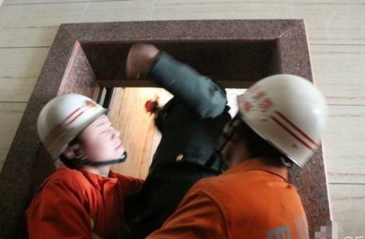 Đội cứu hộ đến giải cứu những người mắc kẹt trong thang máy