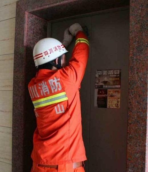 10 phút sau, 12 người được đưa ra khỏi thang máy một cách an toàn
