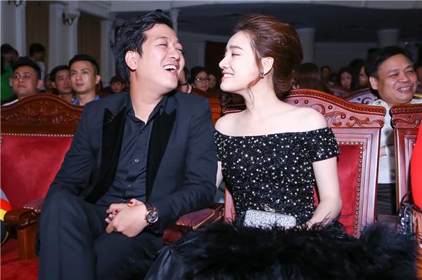 Cặp đôi tươi cười hạnh phúc trong khán phòng của đêm trao giải. - Tin sao Viet - Tin tuc sao Viet - Scandal sao Viet - Tin tuc cua Sao - Tin cua Sao