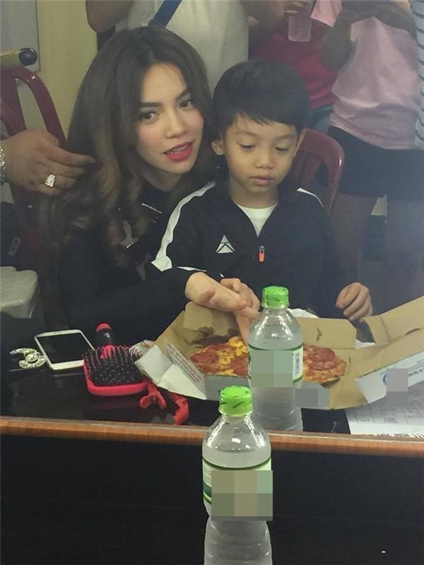 Subeo ngoan ngoãn ngồi ăn pizza cùng mẹ trong hậu trường. - Tin sao Viet - Tin tuc sao Viet - Scandal sao Viet - Tin tuc cua Sao - Tin cua Sao