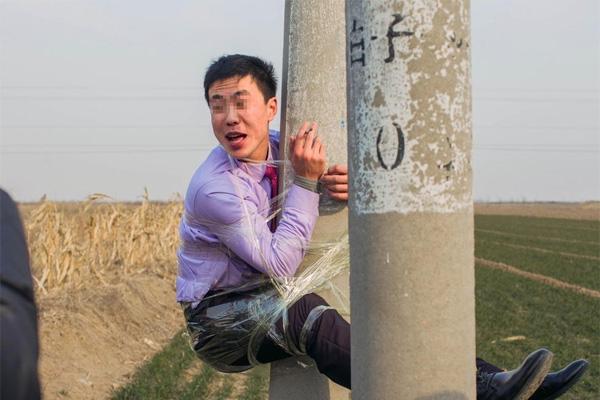 Mới đây, trên con đường băng qua ruộng ở thôn Hàn Ninh, thị trấn Duy Phường, tỉnh Sơn Đông, Trung Quốc, người ta bắt gặp một anh chàng bị trói chặt lên cây cột điện gần đó.