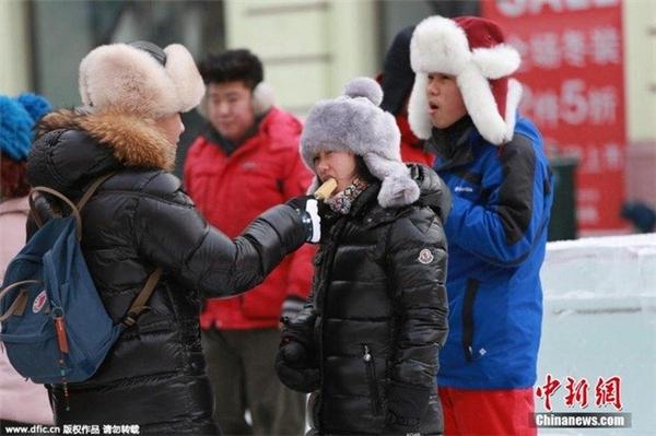 Trẻ em ở Cáp Nhĩ Tân vẫn ăn kem trong ngày băng giá rét nhất.