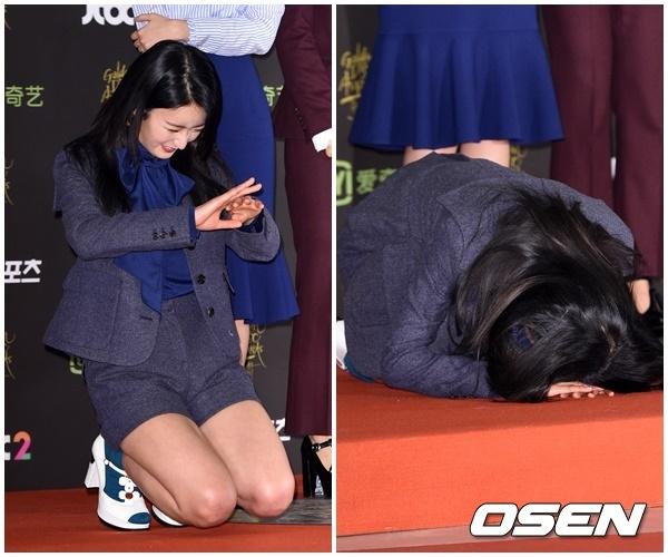 """Mới đây, tại lễ trao giải Golden Disk Awards 2015, cô nàng Bomi (A Pink) bất ngờ quỳ xuống và cúi lạy như một hành động chúc mừng năm mới khiến mọi người một phen """"hú vía""""."""