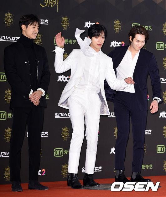 """Cũng tại sự kiện này, trưởng nhóm CN Blue - Yonghwa-cũng không ngần ngại """"diễn sâu"""" không hề kém cạnh các nhóm nhạc đàn em."""