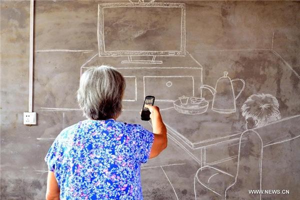 """Một người mẹ già """"xem TV"""" cùng con mình để thỏa nỗi nhớ."""