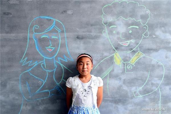 Bé Yang Caiyun đên từ Sơn Đông vui như được chụp ảnh cùng bố mẹ.