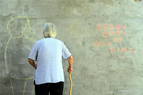 Một bà lãoước có thể đi dạo với con mình, giống như những ngày con còn thơ bé. Được biết, cụ đã khóc khi được nhận bức vẽ này.