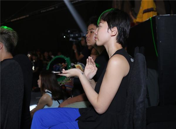 Tóc Tiên chăm chú theo dõi phần biểu diễn của các nhóm thí sinh - Tin sao Viet - Tin tuc sao Viet - Scandal sao Viet - Tin tuc cua Sao - Tin cua Sao