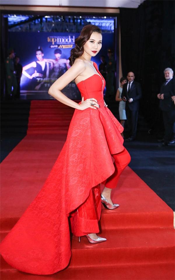 Trên thảm đỏ chung kết Vietnam's Next Top Model 2015, Thanh Hằng gây ấn tượng mạnh với sắc đỏ cùng thiết kế có cấu trúc lạ mắt.