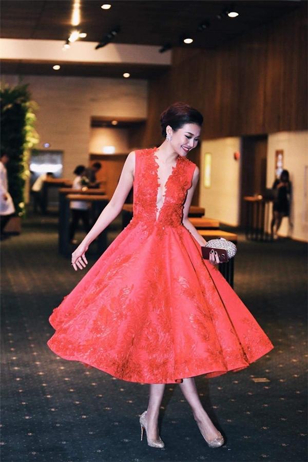 Sắc đỏ gần như đồng hành với Thanh Hằng trong khá nhiều sự kiện ở năm 2015. Và với mỗi trang phục Thanh Hằng lại mang đến một vẻ đẹp khác nhau: lúc gợi cảm, đơn giản, khi điệu đà, trẻ trung. Các thiết kế đều lấy sự thanh lịch, sang trọng làm chủ đạo.