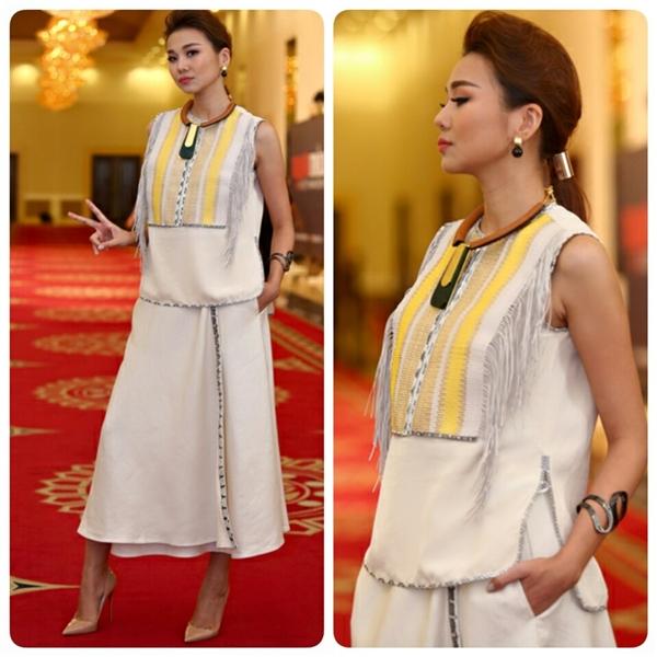 Bộ trang phục mang cảm hứng dân tộc cũng từng giúp Thanh Hằng tạo được ấn tượng mạnh. Mặc dù mang hơi thở truyền thống Việt Nam nhưng thiết kế này lại thuộc về một thương hiệu lớn của thế giới và có giá hơn 200 triệu.