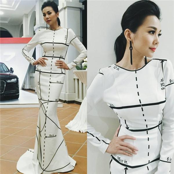 Hình ảnh của Thanh Hằng khác biệt khi cùng diện sắc trắng tinh khôi, nhẹ nhàng. Dù với bất kì trang phục hay phong cách nào, Thanh Hằng luôn biết cách giúp bản thân tỏa sáng.