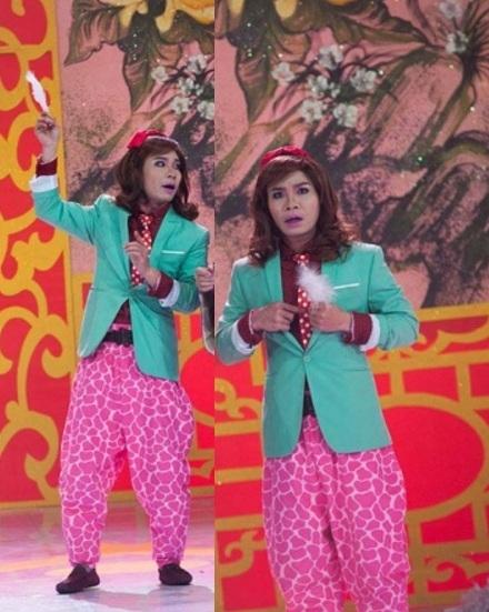 … và bộ trang phục màu mè gồm chiếc quần Alibaba, áo vest xanh. - Tin sao Viet - Tin tuc sao Viet - Scandal sao Viet - Tin tuc cua Sao - Tin cua Sao
