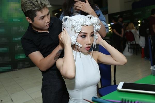 """""""Ma nữ tóc trắng"""" Hằng BingBoong đang được hỗ trợ trong phần tạo hình cầu kì. - Tin sao Viet - Tin tuc sao Viet - Scandal sao Viet - Tin tuc cua Sao - Tin cua Sao"""