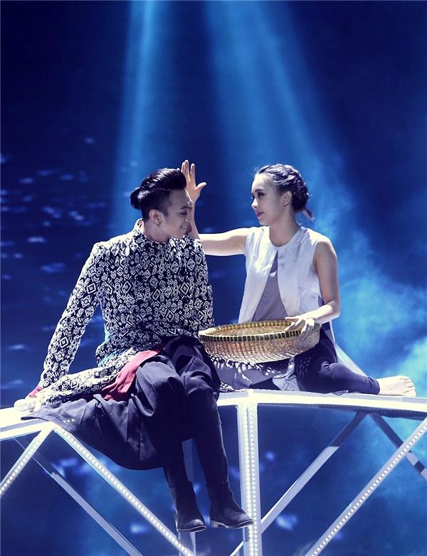 Trong không khí trầm lắng, tiếng đàn da diết của Soobin Hoàng Sơn cùng phần phụ hoạ của vũ công Phạm Lịch càng khiến cho tiết mục thêm phần cảm xúc. - Tin sao Viet - Tin tuc sao Viet - Scandal sao Viet - Tin tuc cua Sao - Tin cua Sao