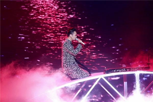 Kết thúc màn trình diễn, chàng trai đa tài một lần nữa gây ấn tượng với khán giả qua hình ảnh tà áo dài cách tân được soi rọi dưới ánh trăng đỏ đầy ám ảnh. - Tin sao Viet - Tin tuc sao Viet - Scandal sao Viet - Tin tuc cua Sao - Tin cua Sao