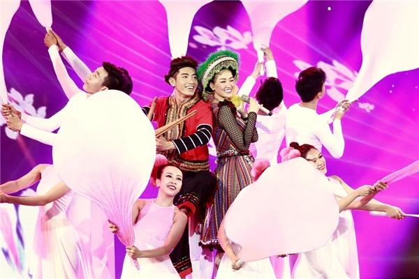 Điệu nhảy đáng yêu, vui tươi và nhí nhảnh của Maya cùng các vũ công. - Tin sao Viet - Tin tuc sao Viet - Scandal sao Viet - Tin tuc cua Sao - Tin cua Sao