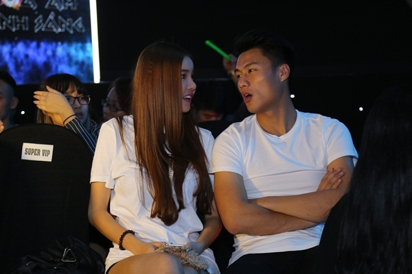 """Cả hai liên tục bị """"bắt gặp"""" chuyện trò thân mật cùng nhau trong suốt buổi diễn. - Tin sao Viet - Tin tuc sao Viet - Scandal sao Viet - Tin tuc cua Sao - Tin cua Sao"""