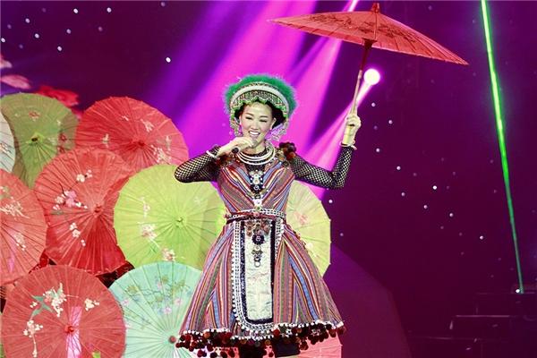 Trong trang phục dân tộc truyền thống, bà mẹ một con đã đem tới một tiết mục đặc sắc mang đậm tinh thần văn hóa truyền thống các dân tộc miền núi Tây Bắc Việt Nam.  - Tin sao Viet - Tin tuc sao Viet - Scandal sao Viet - Tin tuc cua Sao - Tin cua Sao
