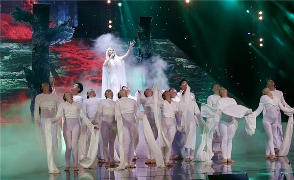 """Màn múa lụa của những vũ công với trang phục trắng đã cộng hưởng cùng giọng ca da diếtcủa Hương Tràmtạo nên một tổngthể hoàn chỉnh làm cho cả khán phòng phải """"sởn da gà"""".Và điều cuối cùng phải công nhận đó là: Hương Tràm luôn thuộc top những ca sĩ trẻ sở hữu khả năng hát live đỉnh nhất trong chương trình nói riêng và cả làng nhạc Việt nói chung. - Tin sao Viet - Tin tuc sao Viet - Scandal sao Viet - Tin tuc cua Sao - Tin cua Sao"""