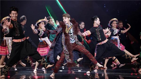 Đây là tiết mục được thực hiện với sự góp mặt của nhiều dancer nhất chương trình tính đến thời điểm này. - Tin sao Viet - Tin tuc sao Viet - Scandal sao Viet - Tin tuc cua Sao - Tin cua Sao