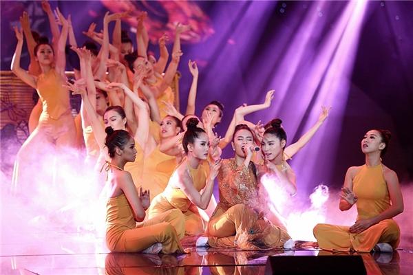 Hoàng Thuỳ Linh gây ấn tượng mạnh cùng màn múa quạt - Tin sao Viet - Tin tuc sao Viet - Scandal sao Viet - Tin tuc cua Sao - Tin cua Sao