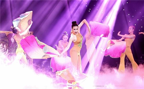 Cô kết hợp nhịp nhàng cùng các nữ vũ công thể hiện những động tác khi uyển chuyển, lúc nhịp nhàng. - Tin sao Viet - Tin tuc sao Viet - Scandal sao Viet - Tin tuc cua Sao - Tin cua Sao