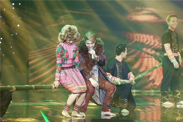 Noo Phước Thịnh đã đem lên sân khấu The Remix 2016 trang phục của54 dân tộc anh em. - Tin sao Viet - Tin tuc sao Viet - Scandal sao Viet - Tin tuc cua Sao - Tin cua Sao