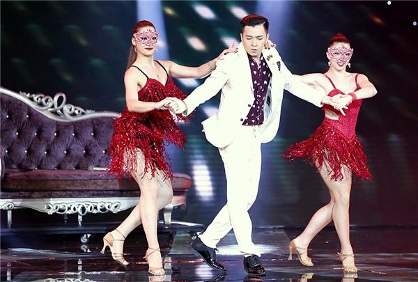 Đôi chân lả lướt cùng vũ điệu nhịp nhàng của Ngô Kiến Huy thu hút mọi ánh nhìn của khán giả. - Tin sao Viet - Tin tuc sao Viet - Scandal sao Viet - Tin tuc cua Sao - Tin cua Sao