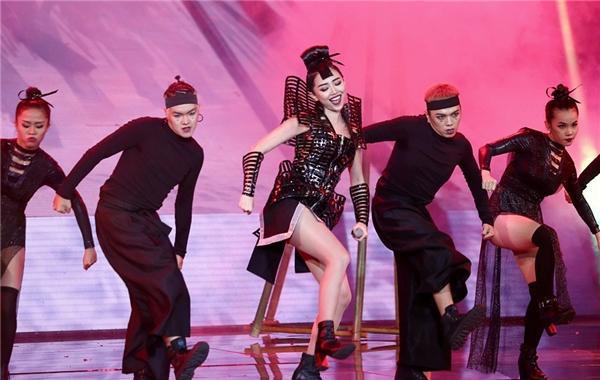 Nữ ca sĩ đã đem đến cho khán giả một màn trình diễn đẳng cấp. - Tin sao Viet - Tin tuc sao Viet - Scandal sao Viet - Tin tuc cua Sao - Tin cua Sao