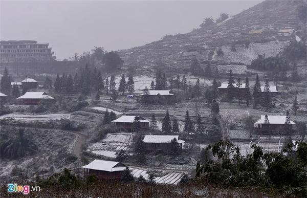 Sau trậnmưa tuyếtrạng sáng ngày 24/1, nhiều xã và thị trấn của Sa Pa (Lào Cai) chìm trong màu trắng. Đến chiều cùng ngày, các xã Lao Chải, Cát Cát, Tả Van và trung tâm huyện tuyết vẫn rơi.