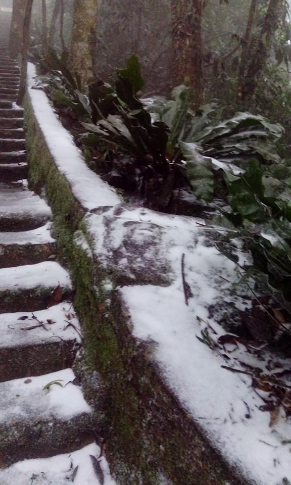 Hình ảnh tuyết rơi ngay tại Hà Nội. Ảnh: FB