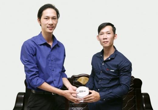 Anh Nhân nhận giải thưởng Gear S2 từ đại diện Samsung.