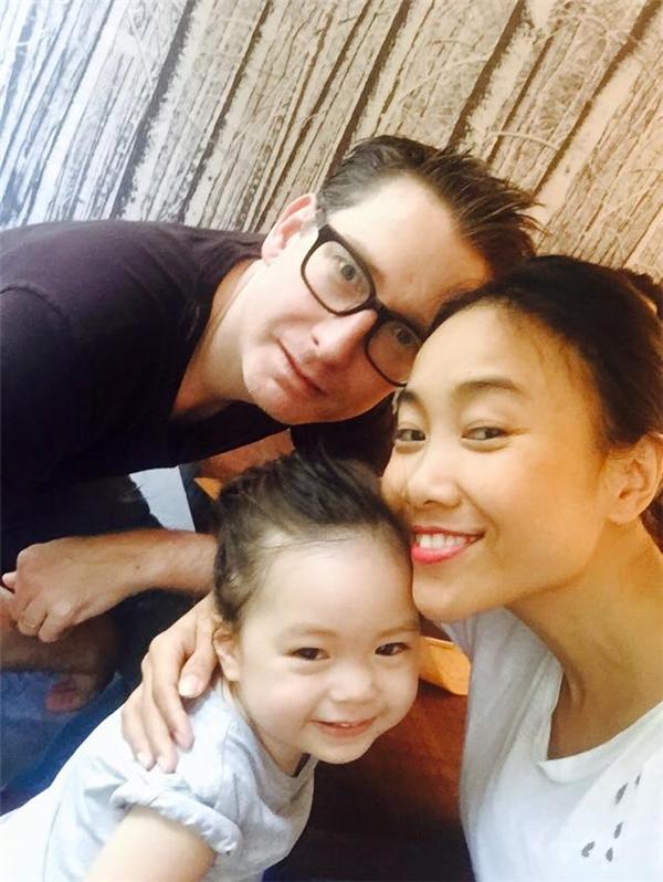 Nữ ca sĩ tự hào khoe gia đình mình khi chú thích hashtag #mylovelyfamily (gia đình đáng yêu của tôi). - Tin sao Viet - Tin tuc sao Viet - Scandal sao Viet - Tin tuc cua Sao - Tin cua Sao