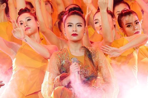 Chỉ hát 4 câu, Hoàng Thùy Linh khiến khán giả