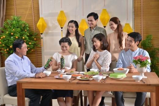 """Một cảnh quay cả gia đình quây quần bên mâm cỗ Tết trong MV """"Tết Nhẹ Nhàng"""". - Tin sao Viet - Tin tuc sao Viet - Scandal sao Viet - Tin tuc cua Sao - Tin cua Sao"""