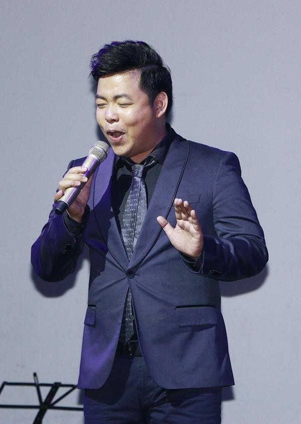 Trong đêm nhạc, Quang Lê đã lần lượt thể hiện lại những ca khúc hit của anh, từng được nhiều khán giả gần xa mến mộ. - Tin sao Viet - Tin tuc sao Viet - Scandal sao Viet - Tin tuc cua Sao - Tin cua Sao