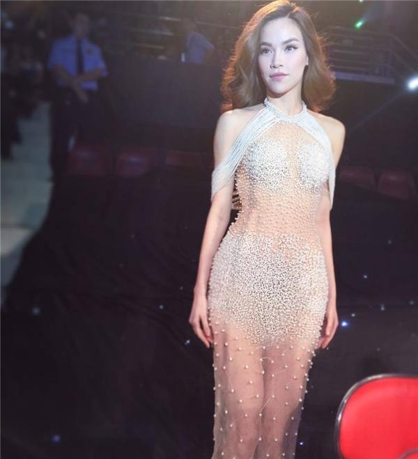 Cách đây 1 tháng, trên ghê giám khảo chung kết Siêu mẫu Việt Nam 2015, Hồ Ngọc Hà cũng từng tạo nên một làn sóng dư luận khi diện bộ váy xuyên thấu khá táo bạo kết hợp những chi tiết ngọc trai đính kết kì công.
